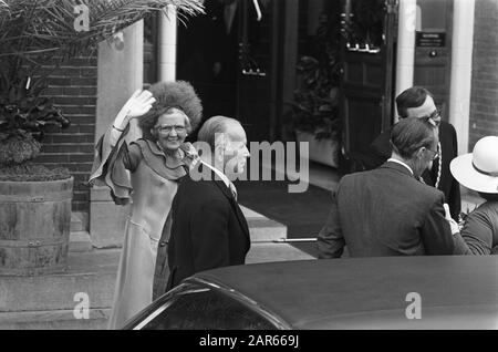 Marriage princess Christina and Jorge Guillermo; the conclusion of the civil marriage in the town hall of Baarn  Queen Juliana waving at the City Hall Date: 28 June 1975 Location: Baarn, Utrecht (prov.) Keywords: marriages, queens, town halls Personal name: Juliana, queen - Stock Photo