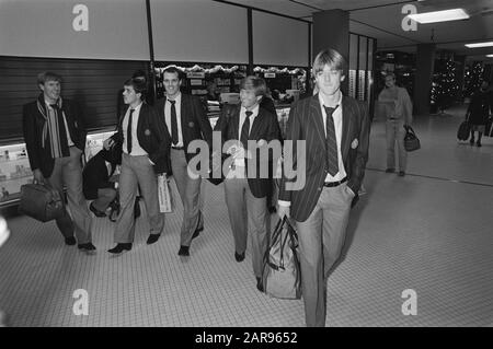 Van Schiphol left the Dutch team Saturday to participate in the mini-World Cup in Uruguay, Date: December 27, 1980 Location: Noord-Holland, Schiphol Keywords: PLAYERS, DEPART, elftals, sport, football - Stock Photo