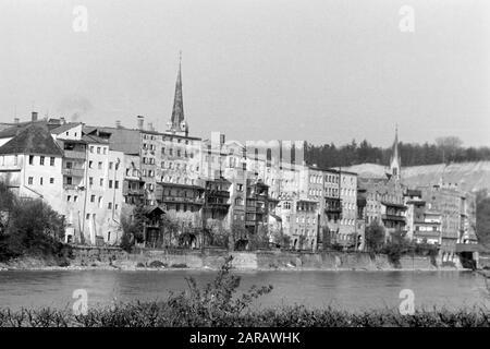 Spaziergang entlang des Steilhangs Wasserburg am Inn gegenüberliegend mit Blick auf die Altstadt, 1957. A walk along the steep slope facing Wasserburg on Inn's historic city center, 1957. - Stock Photo