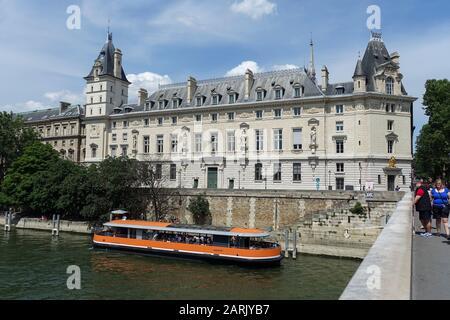 Tourist boat on River Seine passing Palais de Justice on Quai des Orfèvres view from Pont Saint-Michel, Ile de la Cité, Paris, France