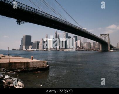AJAXNETPHOTO. JULY 1975. NEW YORK, USA. - BROOKLYN BRIDGE SPANNING THE EAST RIVER FROM THE BROOKLYN SIDE TOWARDS LOWER MANHATTAN. PHOTO:JONATHAN EASTLAND/AJAX REF:0775_2 - Stock Photo