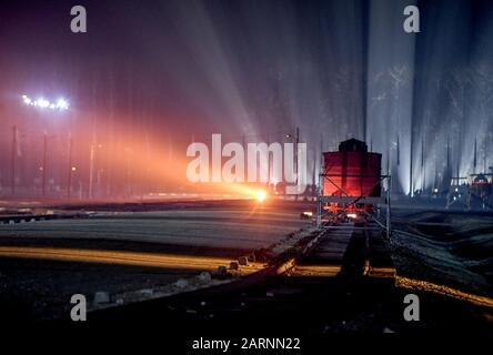 Oswiecim, Poland. 27th Jan, 2020. Light installation during the commemoration of the 75th anniversary of the liberation of the former German concentration camp Auschwitz. Credit: Britta Pedersen/dpa-Zentralbild/ZB/dpa/Alamy Live News Stock Photo
