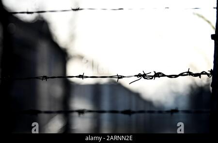 Oswiecim, Poland. 27th Jan, 2020. Barbed wire fence at the edge of the commemoration of the 75th anniversary of the liberation of the German concentration camp Auschwitz. Credit: Britta Pedersen/dpa-Zentralbild/ZB/dpa/Alamy Live News Stock Photo