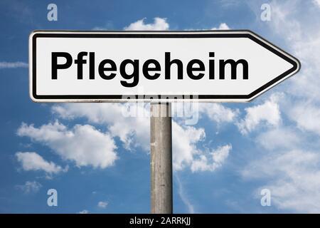 Detailansicht eines Wegweisers mit der Aufschrift Pflegeheim | Detail photo of a signpost with the inscription Pflegeheim (Retirement home) - Stock Photo