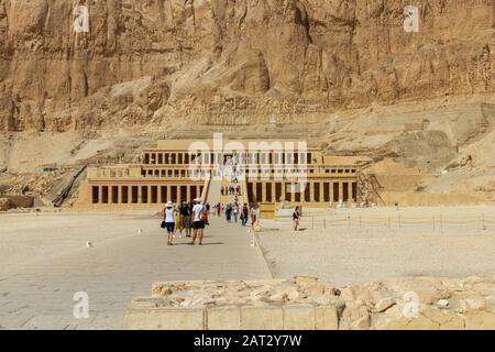 Tourists visit the mortuary temple of Hatshepsut - Stock Photo
