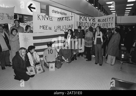 Van Schiphol left the Dutch team Saturday to participate in the mini-World Cup in Uruguay, Date: December 27, 1980 Location: Noord-Holland, Schiphol Keywords: teams, sports, football - Stock Photo