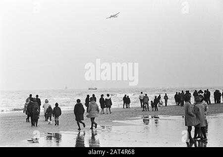 Joy flight 2 dead, the work at Katwijk Date: 23 January 1965 Location: Katwijk Keywords: storerooms, beaches, spectators - Stock Photo