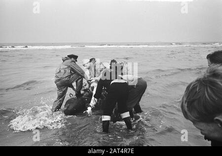 Joy flight 2 dead, the work at Katwijk Date: 23 January 1965 Location: Katwijk Keywords: storerooms, boats, seeen - Stock Photo