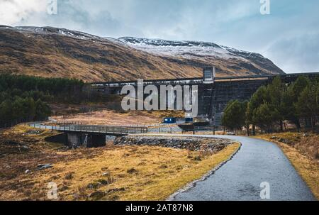 Loch an Daimh dam in Glen Lyon on a winter day with snow on the surrounding hills. Perthshire, Scotland. - Stock Photo