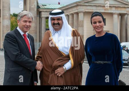 Berlin Mayor Klaus Wowereit (C), accompanies the Emir of Qatar, Hamad bin Khalifa Al Thani (L), and his wife Mozah Binti Nasser Al Missned (R), to the - Stock Photo