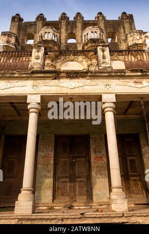 India, Rajasthan, Shekhawati, Ramgarh, doorway of 1930s built haveli - Stock Photo