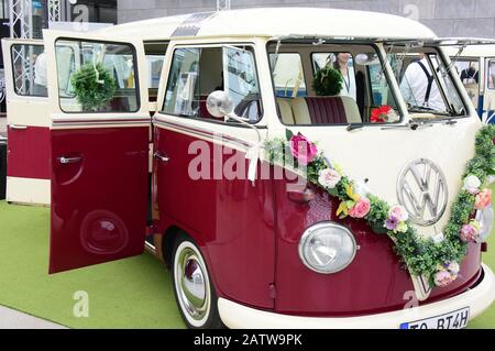 Leipzig, Germany. 02nd Feb, 2020. At the wedding fair 'JAwort Leipzig' in the glass hall on the New Exhibition Grounds in Leipzig cars decorated with flower garlands are shown. 111 exhibitors will be presenting ideas, tips and trends for the best day of your life to around 3,000 visitors on 1 and 2 February 2020. Credit: Waltraud Grubitzsch/dpa/Alamy Live News - Stock Photo