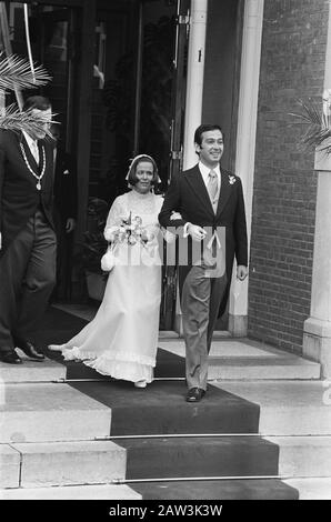 Wedding Princess Christina and Jorge Guillermo; the conclusion of the civil marriage at the city hall of Baarn  Princess Christina and Jorge Guillermo leaving City Hall Date: June 28, 1975 Location: Baarn, Utrecht (prov.) Keywords: weddings, princesses, town halls Person Name: Christina, princess Guillermo Jorge - Stock Photo