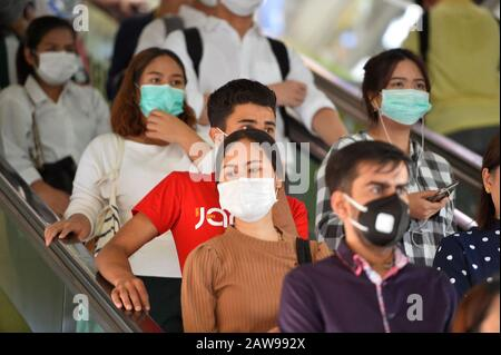 Bangkok, Thailand. 7th Feb, 2020. People wearing masks take an escalator at a BTS Skytrain station in Bangkok, Thailand, Feb. 7, 2020. Staff members at some BTS Skytrain stations in Bangkok distributed masks to passengers on Friday and expressed support for China's fight against the novel coronavirus. Credit: Rachen Sageamsak/Xinhua/Alamy Live News - Stock Photo