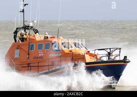 Eastbourne RNLI lifeboat ripes through the waves. - Stock Photo