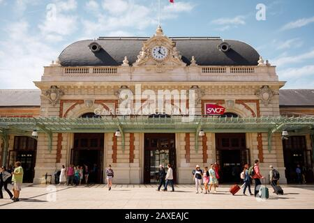 Gare de Nice Ville, typical building with travelers walking by, Nice, Cote d'Azur - Stock Photo