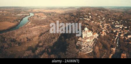 LOT-ET-GARONNE PENNE D'AGENNAIS, AERIAL VIEW OF OUR LADY OF PEYRAGUDE, ROMANO BYZANTIN STYLE BUILDING - Stock Photo