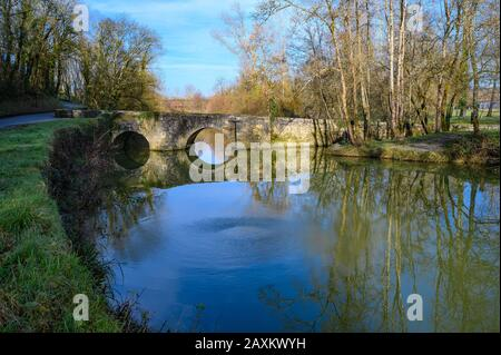 DORDOGNE, PERIGORD POURPRE, EYMET, AERIAL VIEW OF THE MEDIEVAL BRIDGE OF BRETOU ON THE DROPT - Stock Photo