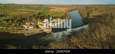 LOT-ET-GARONNE QUERCY, LUSTRAC, AERIAL VIEW OF THE MOULIN FORTRESS OF LUSTRAC AT THE EDGE OF THE LOT - Stock Photo