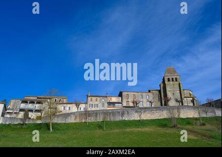 LOT-ET-GARONNE, SAINT PASTOUR, AERIAL VIEW OF THE CHURCH AND THE VILLAGE - Stock Photo