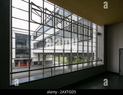 Dessau, Bauhaus, Walter Gropius  1925-26, Blick aus dem Treppenhausfenster zur Brücke und ehem. Berufsschule - Stock Photo