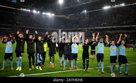 Duesseldorf, Germany, Merkur Spielarena, 15th Feb 2020: Team Gladbach celebrate the 4:1 victory after the first Bundesliga match Fortuna Duesseldorf vs. Borussia Mšnchengladbach in the season 2019/2020.  DFL regulations prohibit any use of photographs as image sequences and/or quasi-video. Credit: Mika Volkmann/Alamy Live News - Stock Photo