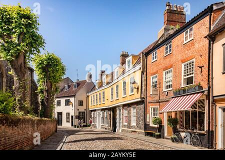 29 June 2019: Norwich, Norfolk - Elm Hill is a historic cobbled street in the centre of Norwich, Norfolk, with many old and interesting buildings... - Stock Photo