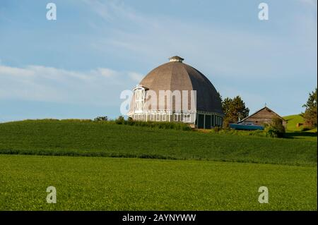 Round barn in the Palouse near Pullman, Eastern Washington State, USA. - Stock Photo