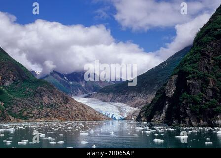 USA, ALASKA, NEAR JUNEAU, TRACY ARM, NORTH SAWYER GLACIER, CRUISE SHIP, M.S. YORKTOWN CLIPPER IN FRONT OF GLACIER - Stock Photo