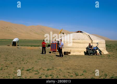 MONGOLIA,  NEAR DALANZADGAD, GOBI DESERT AT KHONGORYN ELS (SAND DUNES), GER (YURT), FAMILY
