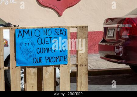 Oaxaca, Mexico - A protest sign at a street occupation calls on Mexican President Andrés Manuel López Obrador (AMLO) to fulfill his promises. - Stock Photo