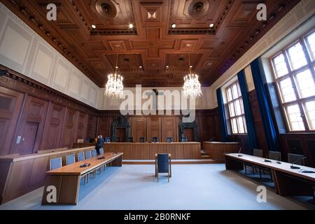 Nuremberg, Germany. 20th Feb, 2020. Interior view of courtroom 600 in the district court of Nuremberg-Fürth. The Nuremberg war crimes trials and numerous movies made him world famous. No courtroom in the world has been filmed or photographed as often as Hall 600 in the Nuremberg Palace of Justice. On 20 February, the final judgment was delivered there. Credit: Daniel Karmann/dpa/Alamy Live News - Stock Photo