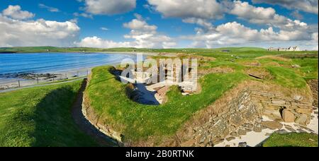 The neolithic ( circa 3000 to circa 2,500 BC) settlement of Skara Brae the best preserved groups of prehistoric houses in Western Europe. Built before - Stock Photo