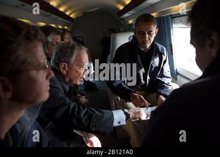 New York Mayor Michael Bloomberg points out areas on a map of the region for United States President Barack Obama aboard Marine One during an aerial tour of Hurricane Sandy storm damage in New York, New York, November 15, 2012. Joining the President, from left, are: Secretary of Housing and Urban Development Shaun Donovan; Secretary of Homeland Security Janet Napolitano; and New York Governor Andrew Cuomo. .Mandatory Credit: Pete Souza - White House via CNP | usage worldwide - Stock Photo