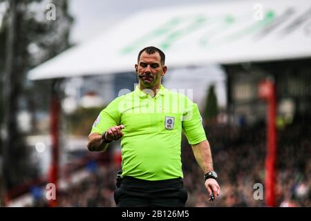 London, UK. 22nd Feb, 2020. Referee Tim Robinson in action. EFL Skybet championship match, Brentford v Blackburn Rovers at Griffin Park stadium in London on Saturday 22nd February 2020. this image may only be used for Editorial purposes. Editorial use only, license required for commercial use. No use in betting, games or a single club/league/player publications. pic by Tom Smeeth/Andrew Orchard sports photography/Alamy Live news Credit: Andrew Orchard sports photography/Alamy Live News - Stock Photo