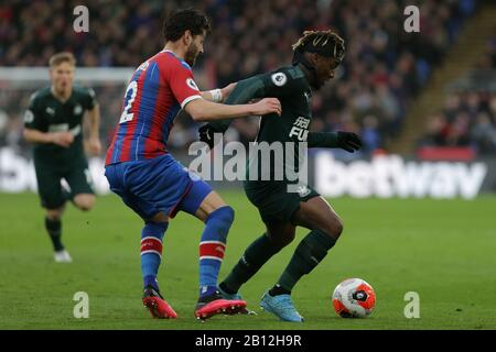London, UK. 22nd Feb, 2020. Allan Saint-Maximin of Newcastle United holding off Joel Ward of Crystal Palace during the Premier League match between Crystal Palace and Newcastle United at Selhurst Park, London on Saturday 22nd February 2020. (Credit: Jacques Feeney | MI News) Photograph may only be used for newspaper and/or magazine editorial purposes, license required for commercial use Credit: MI News & Sport /Alamy Live News - Stock Photo