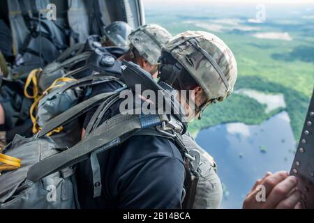U.S. Soldiers assigned to the 6th Ranger Training Battalion, at Camp Rudder, Florida, conduct airborne water operations May 31, 2018 at Lake Jackson in Florala, Alabama. This training is a part of combat sustainment operations conducted to ensure Soldier readiness. (U.S. Army photo by Patrick A. Albright) - Stock Photo