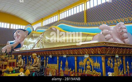 Penang, Malaysia. 02nd Dec, 2019. A lying Buddha statue in a temple complex. Credit: Damian Gollnisch/dpa-Zentralbild/ZB/dpa/Alamy Live News - Stock Photo