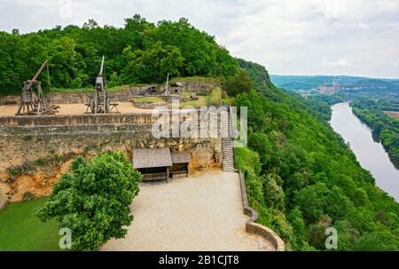 France, Dordogne, Château de Castelnaud-la-Chapelle, castle walls, trebuchet (catapult) exhibit, Dordogne River - Stock Photo