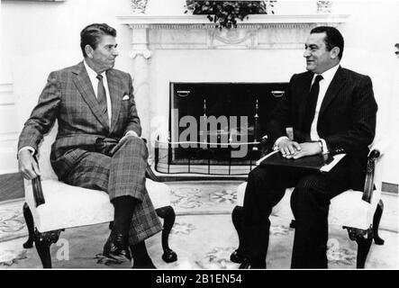 United States President Ronald Reagan meets Vice President Hosni Mubarak of Egypt in the Oval Office of the White House in Washington, D.C. on October 2, 1981.  This photo was released by the White House on October 6, 1981 following the assassination of Egyptian President Anwar Sadat and the naming of Mubarak to assume the presidency of Egypt..Credit: White House via CNP | usage worldwide - Stock Photo