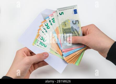 Hand, Geldschumschlag, Symbolfoto Lohntüte, Studioaufnahme - Stock Photo