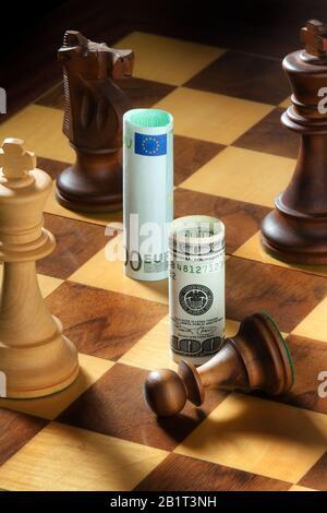 Schach mit Dollar und Euro Geldschein. Symbol für Abwertung des Dollars gegen Euro. - Stock Photo