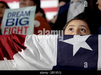 San Antonio, Texas, USA. 27th Feb 2020. A girl listens to Democratic presidential candidate Elizabeth Warren, D-Mass., speak during a campaign. Mandatory credit: Nick Wagnor/The American-Statesman via USA TODAY NETWORK/Sipa USA Credit: Sipa USA/Alamy Live News - Stock Photo
