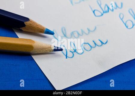 blaue Farbstifte mit Schriftzug 'blau' Stock Photo