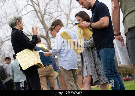 Austin, Texas USA March 3, 2020: Austin residents at Zilker Elementary face long voting lines as Texans vote in primaries along with 13 other states on Super Tuesday. Election officials reported early glitches when a few workers didn't show up to open the polls reportedly due to coronavirus fears. Credit: Bob Daemmrich/Alamy Live News - Stock Photo