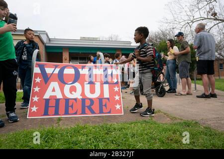 March 3, 2020, Austin, Texas, USA: Austin residents at Zilker Elementary face long voting lines as Texans vote in primaries along with 13 other states on Super Tuesday. Election officials reported early glitches when a few workers didn't show up to open the polls reportedly due to coronavirus fears. (Credit Image: © Bob Daemmrich/ZUMA Wire) - Stock Photo