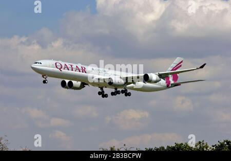 A7-AGC Qatar Airways Airbus A340-642 landing at London Heathrow on the 31st July 2007. - Stock Photo
