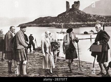 The Duke and Duchess of York landing in Skye from the yacht, Golden Hind, 1933. In the background at Kyleakin, the ruins of Castle Maoil.  Prince Albert, Duke of York, future George VI, 1895 – 1952.  King of the United Kingdom and the Dominions of the British Commonwealth.  Duchess of York, future Queen Elizabeth, The Queen Mother.  Elizabeth Angela Marguerite Bowes-Lyon, 1900 – 2002.  Wife of King George VI and mother of Queen Elizabeth II. From The Coronation Souvenir Book, published 1937. - Stock Photo