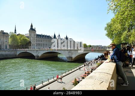 France, Paris, area listed as World Heritage by UNESCO, banks of the Seine river, the Conciergerie on the Ile de la Cite (City island) and the pont au Change (Change bridge) - Stock Photo