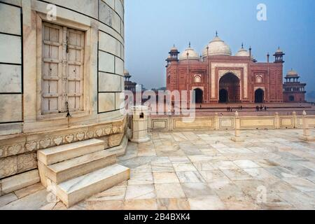 View of the mosque at Taj Mahal complex in early morning, Agra, Uttar Pradesh, India. It was built in 1632 by the Mughal emperor Shah Jahan to house t - Stock Photo